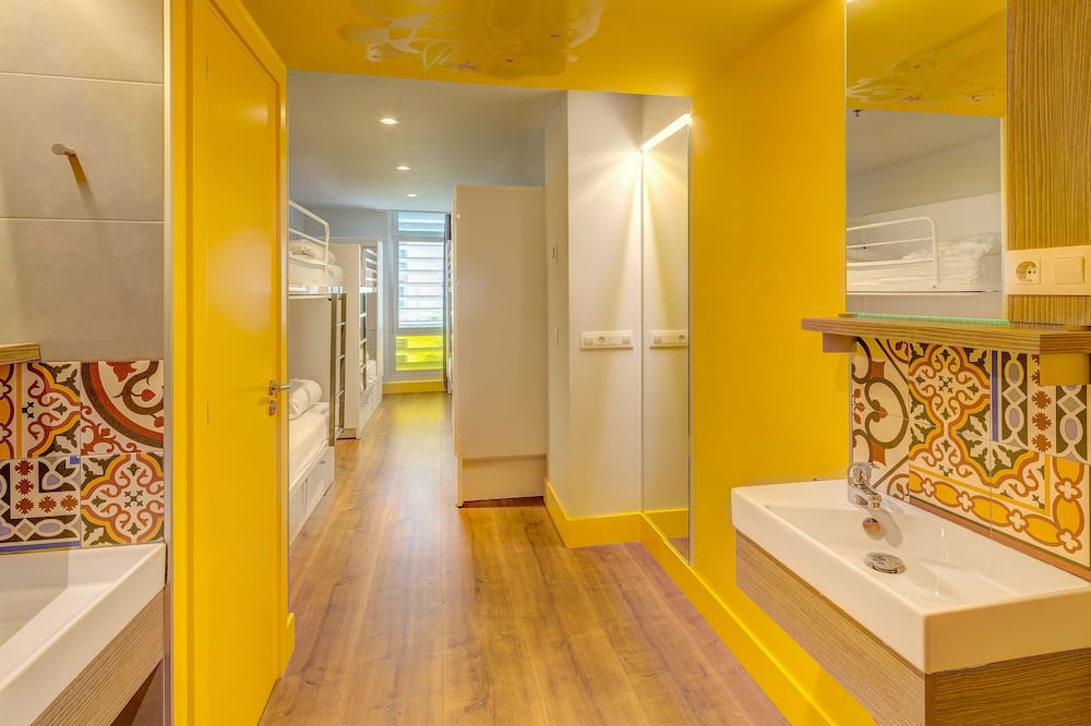 2 Bed in 8 Bedded Mixed Room With Private Bathroom - Salle de bain