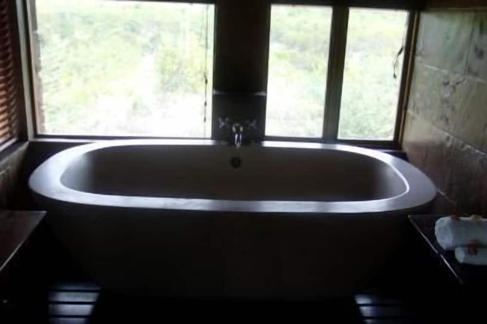 Executive Suite - Deep Soaking Bathtub