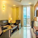 Suite, 1 King Bed, Balcony, City View - Living Area