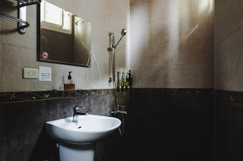 ห้องแฟมิลี่สำหรับสี่ท่าน, หลายเตียง, ระเบียง, ติดสวนหย่อม - ห้องน้ำ