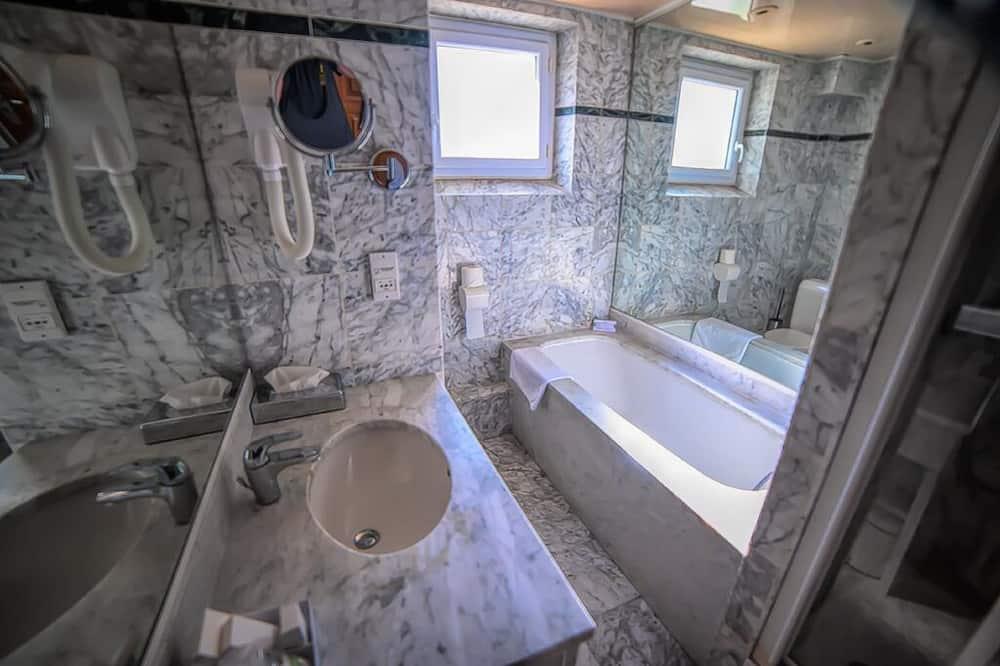 Chambre Double Confort, baignoire - Salle de bain