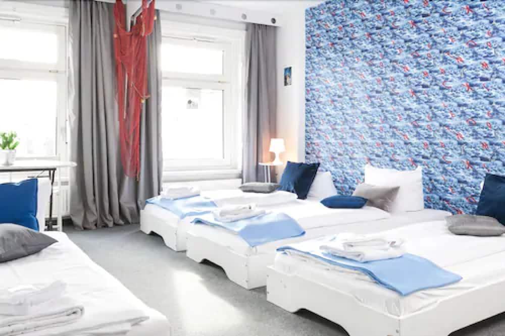 Четырехместный номер базового типа, смежные ванная комната и спальня - Номер