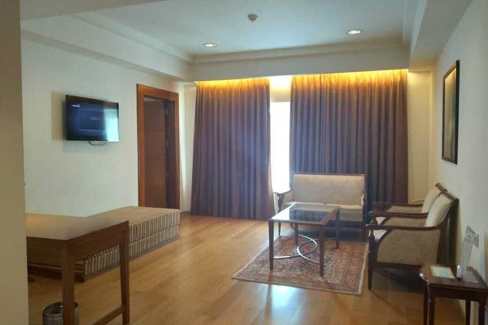Suite, 1 Queen Bed, Garden View (Deluxe Suite) - Living Area