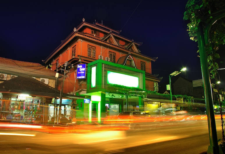 Bemo Corner Guest House, Kuta, Mặt tiền khách sạn - Ban đêm