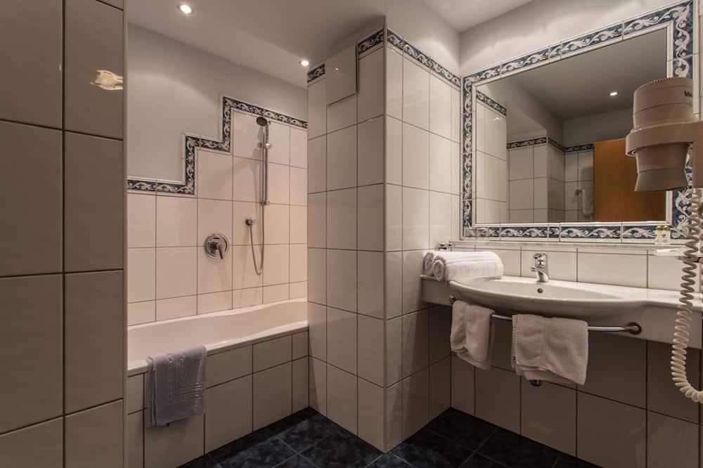 Family Suite, 1 Bedroom, Balcony - Bathroom