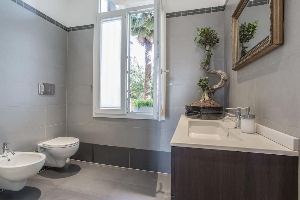 Perhehuone, Jaettu kylpyhuone - Kylpyhuone