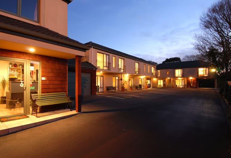 Courtesy Court Motel, Christchurch, Bagian Depan Hotel - Sore/Malam