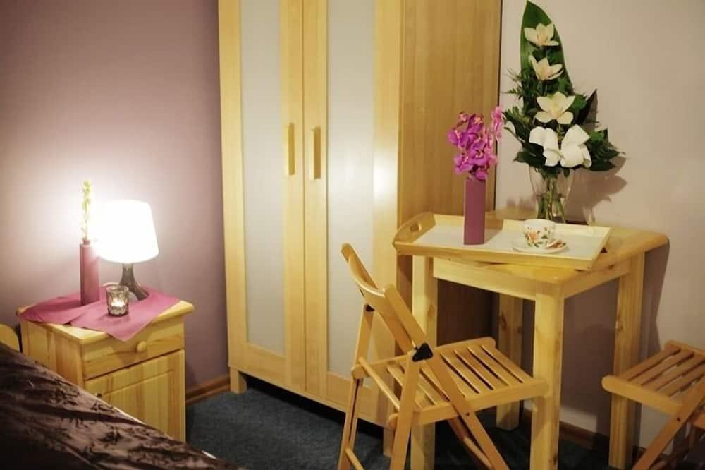 חדר לשלושה, חדר רחצה משותף - אזור אוכל בחדר
