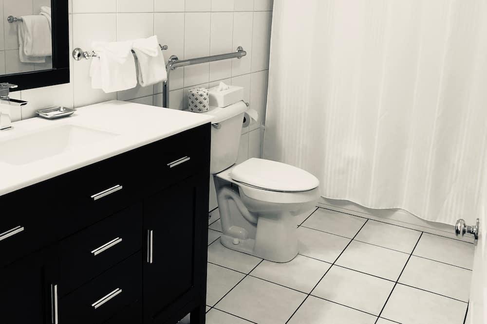 Comfort Room, 1 Queen Bed - Bathroom