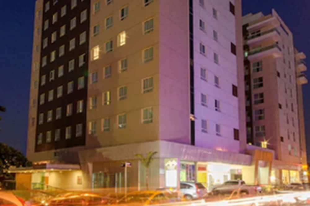 Hotel homlokzata - este/éjszaka