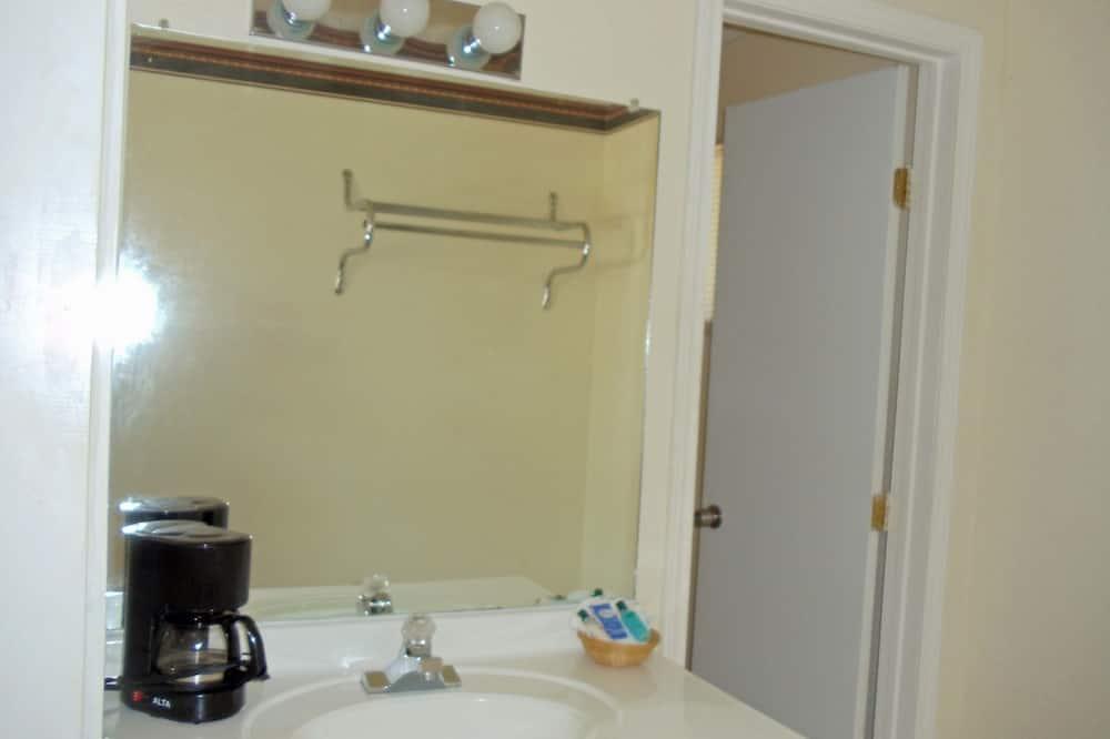 Habitación estándar, 2 camas dobles, fumadores - Lavamanos en el baño