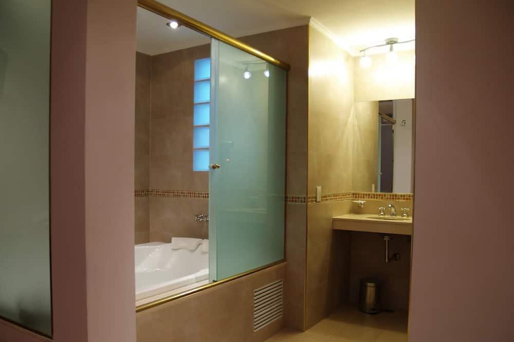 غرفة ثلاثية - الدش داخل الحمام