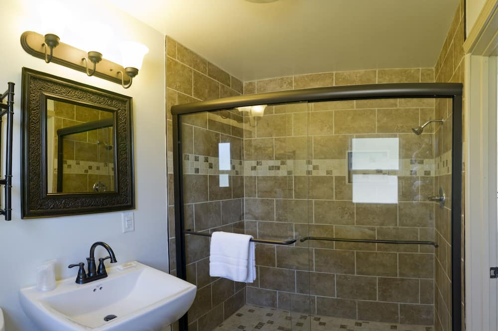 Standard room with two double beds - Bathroom