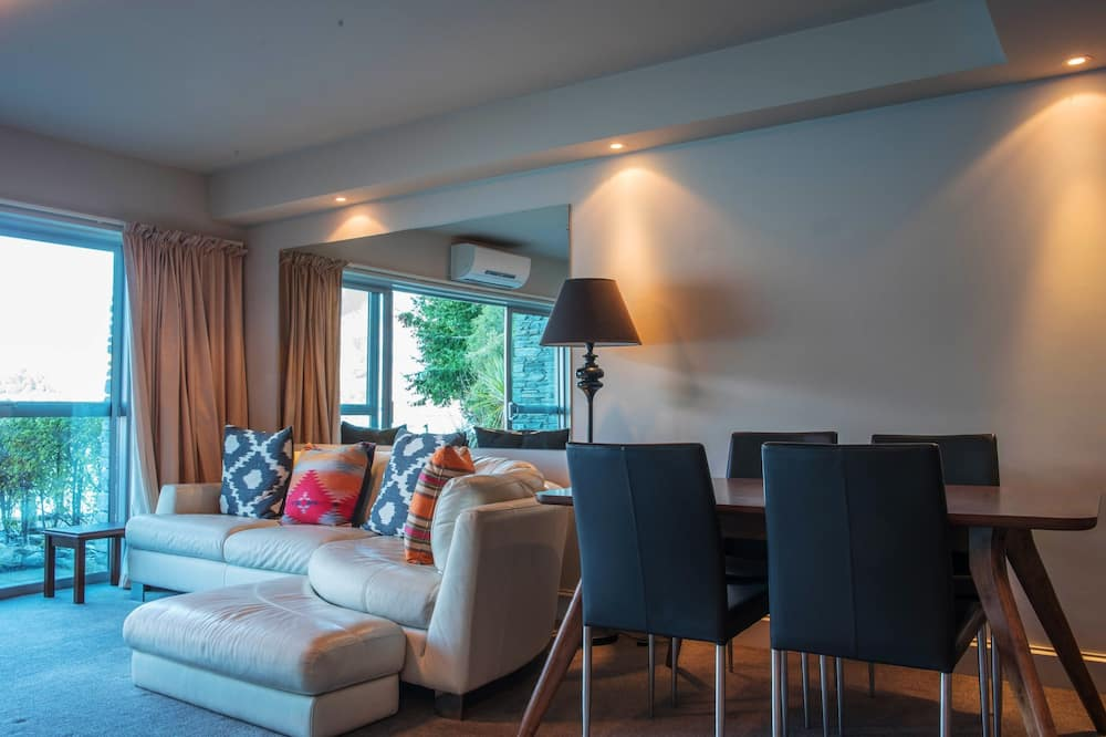Lake View, 2 Bedrooms - Living Area