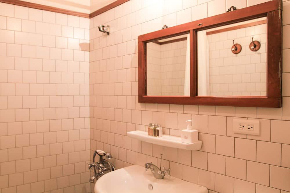 Τρίκλινο Δωμάτιο - Ντουζιέρα μπάνιου