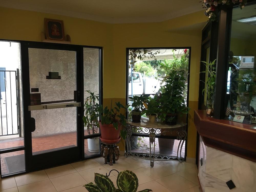 Bellflower Travel Inn Interior Entrance