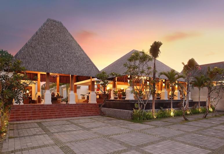 Villa Kayu Raja, Seminyak, Fachada do hotel (à noite)