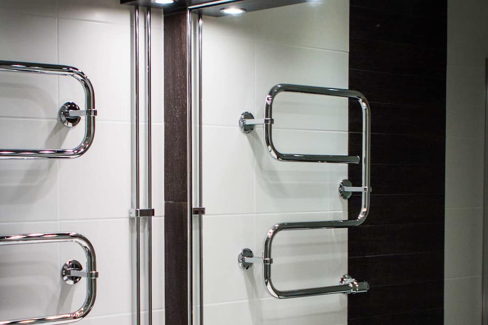 スタンダード ルーム ダブルベッド 1 台またはシングルベッド 2 台 - バスルーム