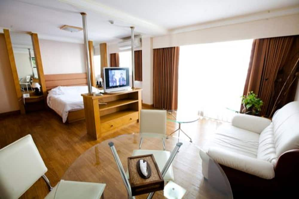 Deluxe Room, 1 Double Bed - Living Area