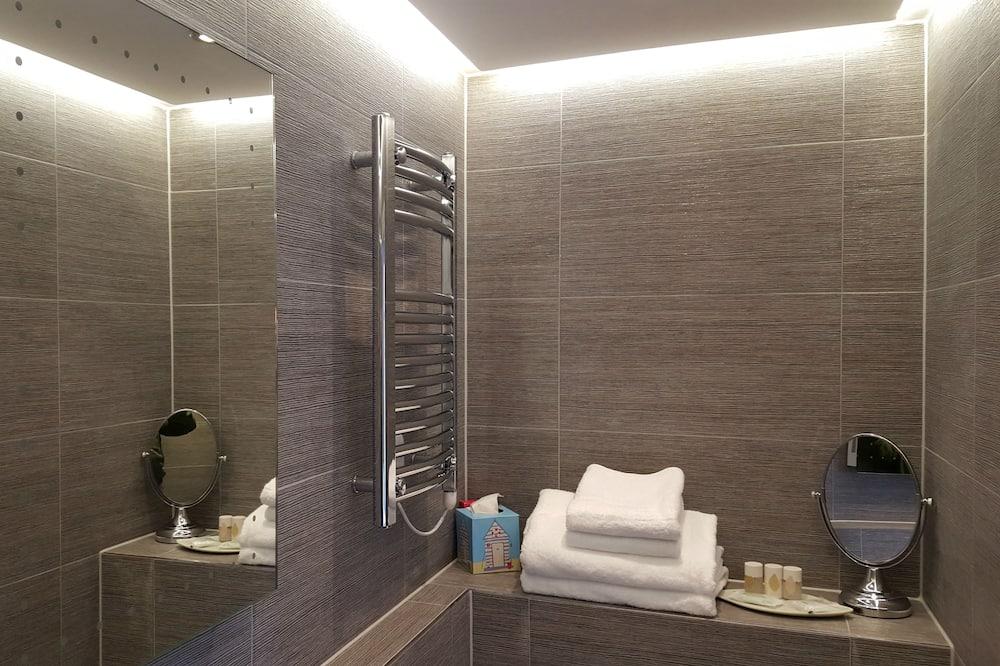 Deluxe Double Room, 1 Queen Bed, Partial Ocean View - Bathroom
