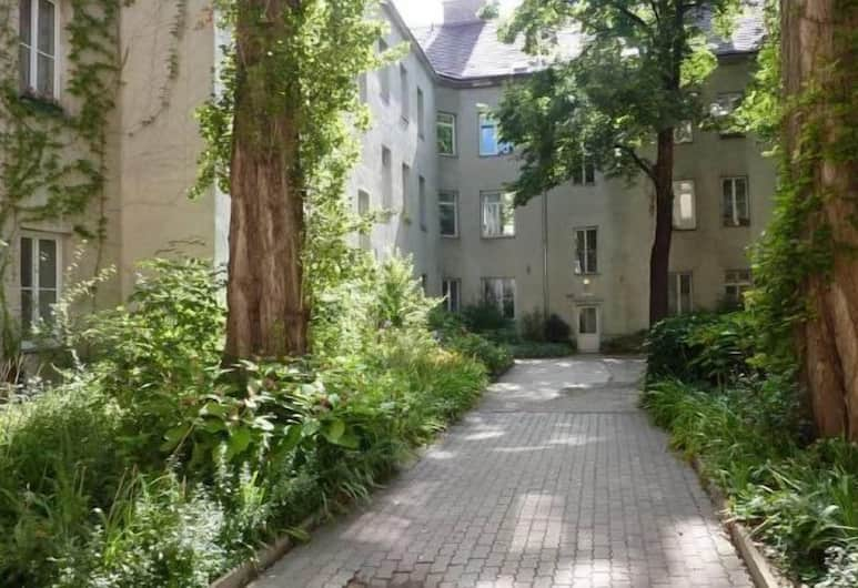 GoVienna Small Modern Apartment, Vīne, Pagalms