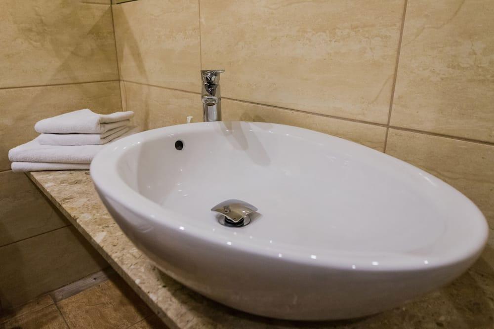 Habitación clásica con 1 cama doble o 2 individuales - Lavamanos en el baño