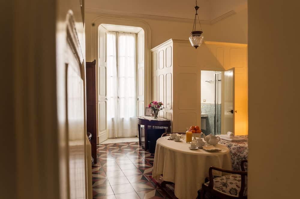 Rom – deluxe, 1 queensize-seng, privat bad, utsikt mot byen - Oppholdsområde