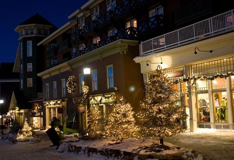 Mountain Lodge, Snowshoe, Apgyvendinimo įstaigos fasadas vakare