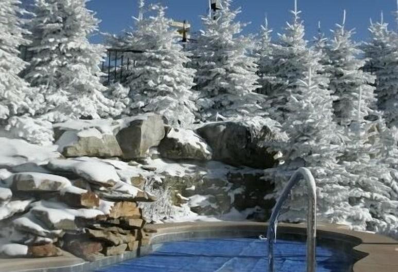 遠征站飯店, 史諾修組, 室外游泳池