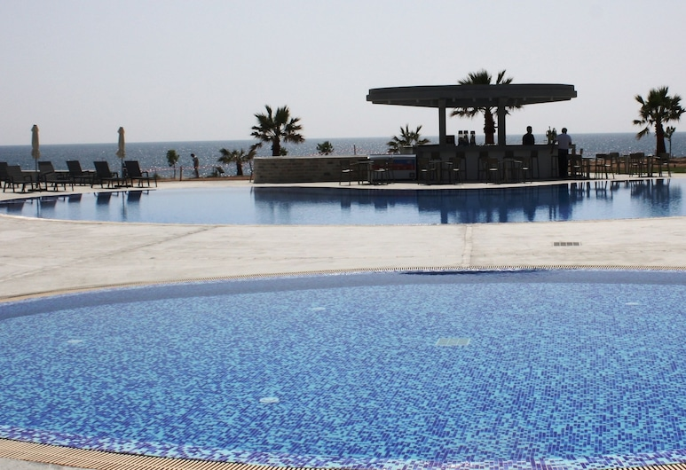 Amphora Hotel & Suites, Paphos, Útilaug