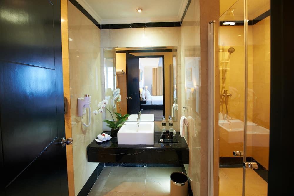 Deluxe dvokrevetna soba, pogled na grad - Umivaonik u kupaonici