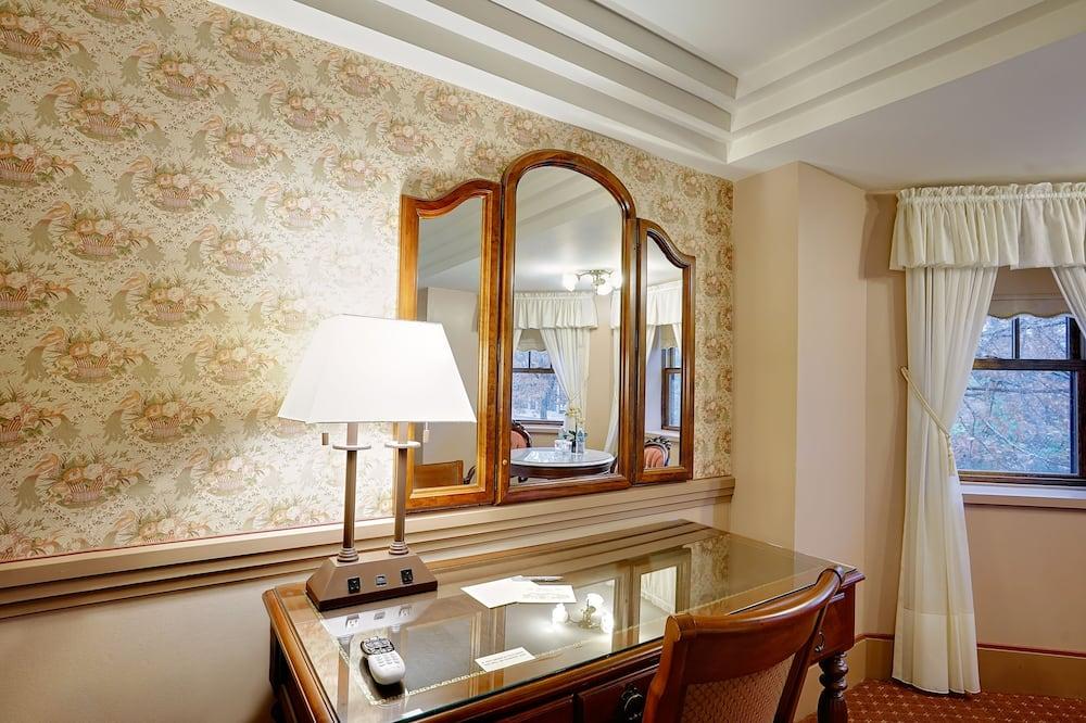 Traditional Oda, 2 Büyük (Queen) Boy Yatak (Guest Room with Two Queen Beds) - Oturma Alanı