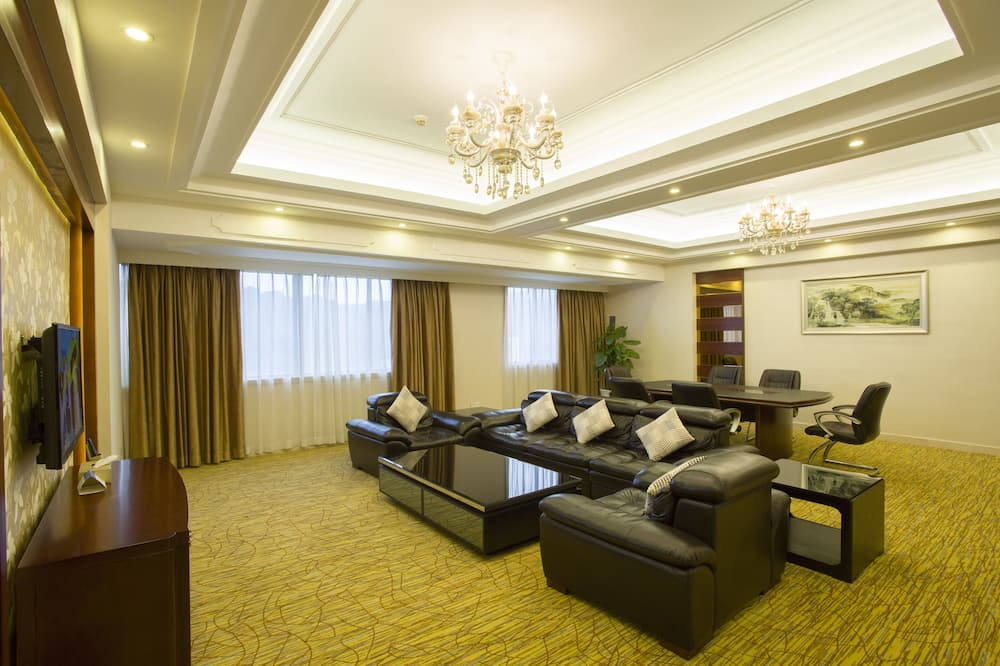 Business Suite, 1 King Bed - Living Area