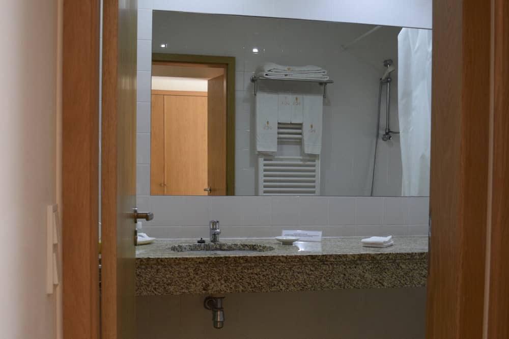 Superior-Doppelzimmer, barrierefrei, eigenes Bad - Badezimmer