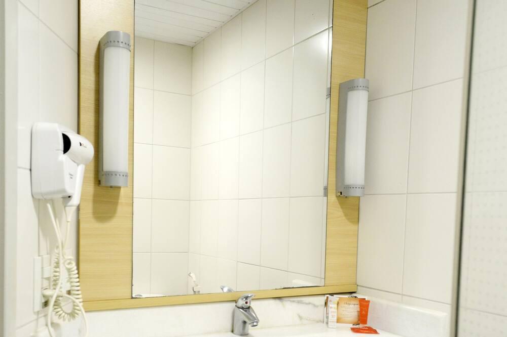 Standard Double Room, Multiple Beds - Bathroom