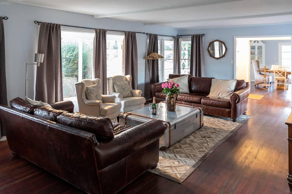 Deluxe House, 3 Bedrooms - Living Room