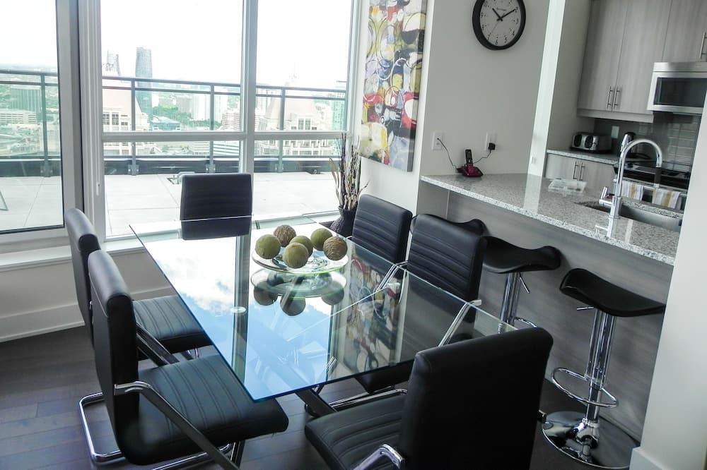 Premium Suite, 1 Bedroom, Kitchen, City View - In-Room Dining