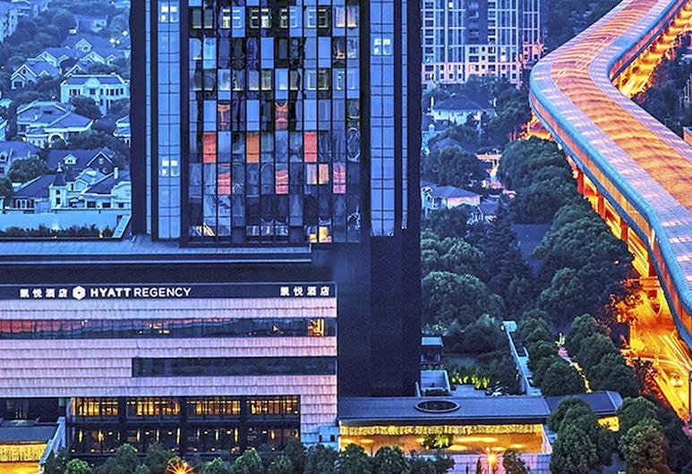 ไฮแอท รีเจนซี่ หวูหาน ออปติกส์ วัลลี่ย์, อู่ฮั่น, ด้านหน้าของโรงแรม - ช่วงเย็น/กลางคืน