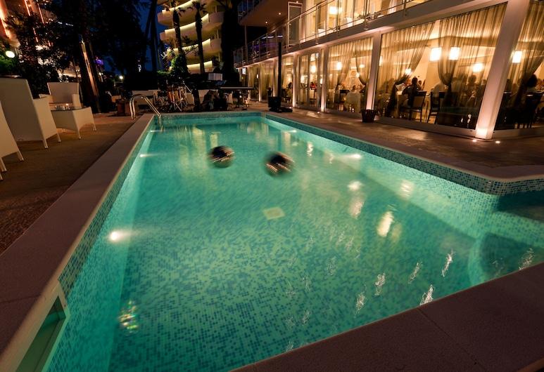 โรงแรมเคนท์, เซอร์เวีย, สระว่ายน้ำกลางแจ้ง
