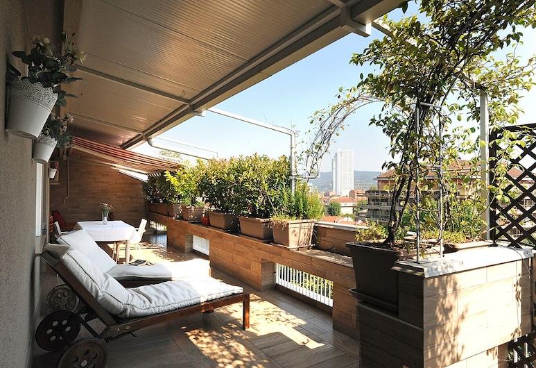 Una terrazza fiorita con vista panoramica, Турін