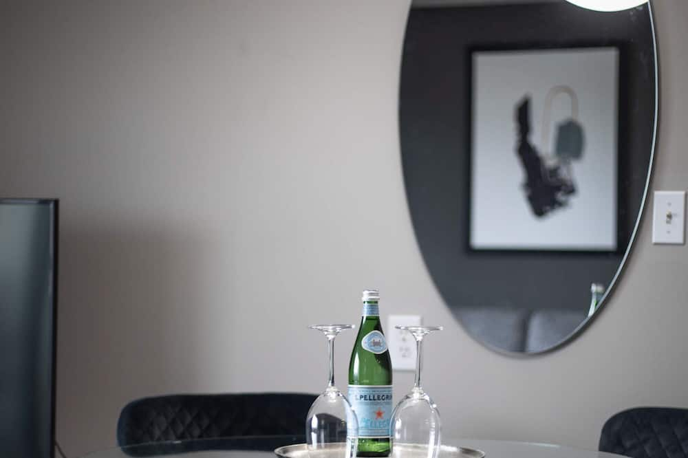 Luxury Condo, 1 Queen Bed - In-Room Dining