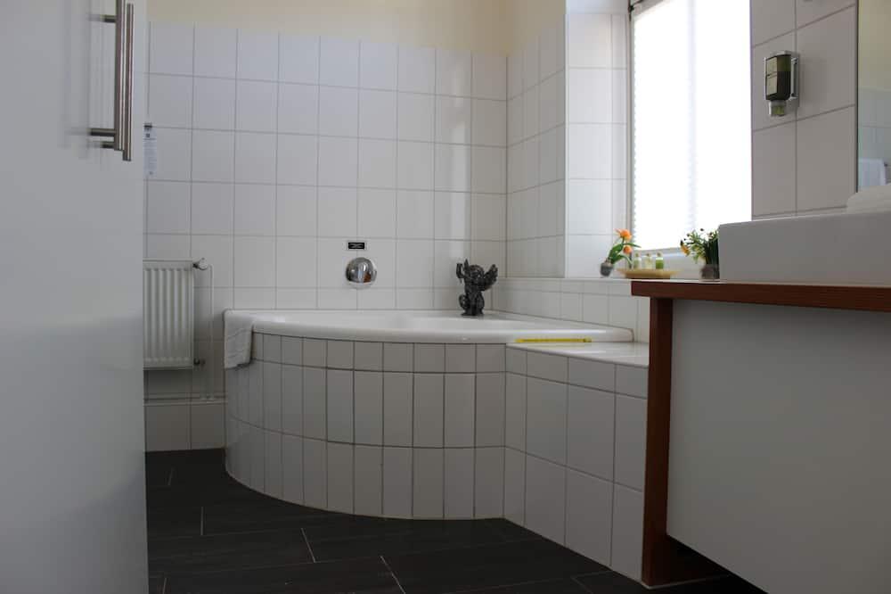 Phòng đôi phong cách lãng mạn (mit Himmelbett und Whirlpool) - Phòng tắm