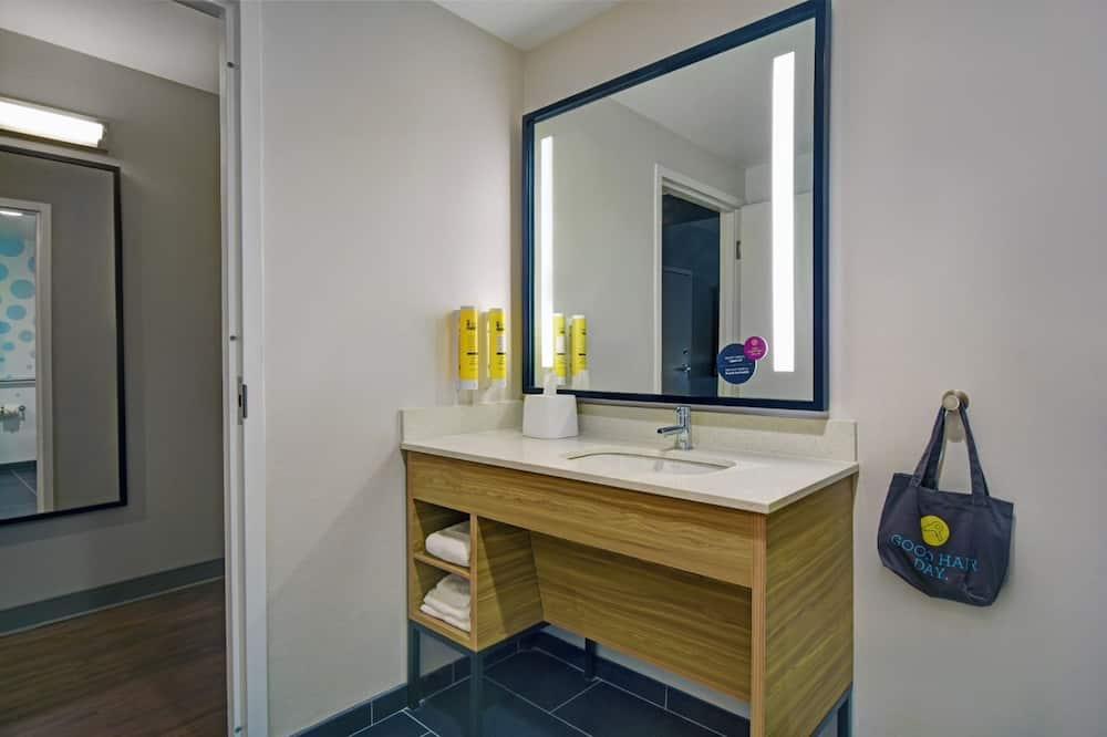 Номер, 1 ліжко «кінг-сайз», обладнано для інвалідів, ванна - Раковина