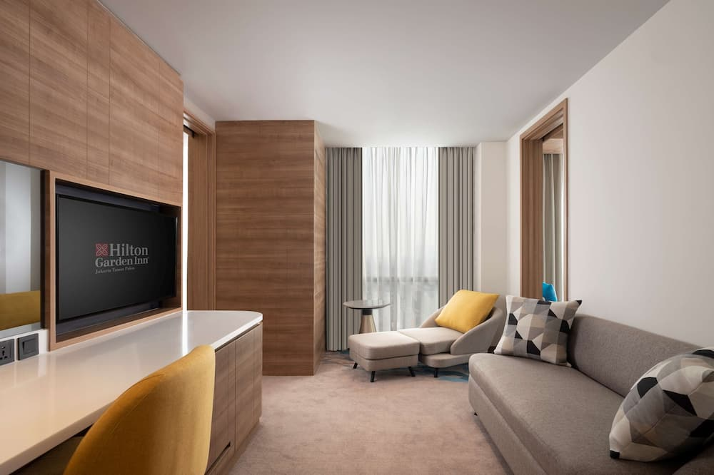 Family Suite, 1 King Bed - Living Area