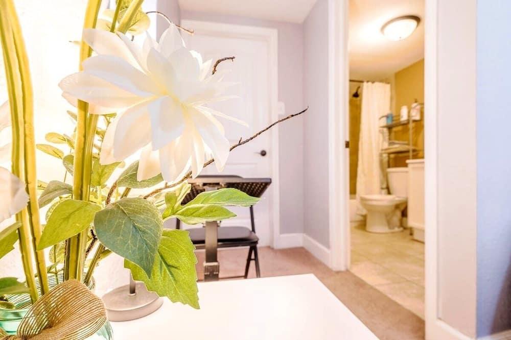 Loftium | Eye-Catching Ranch Suite in Sparkling Park Hill!