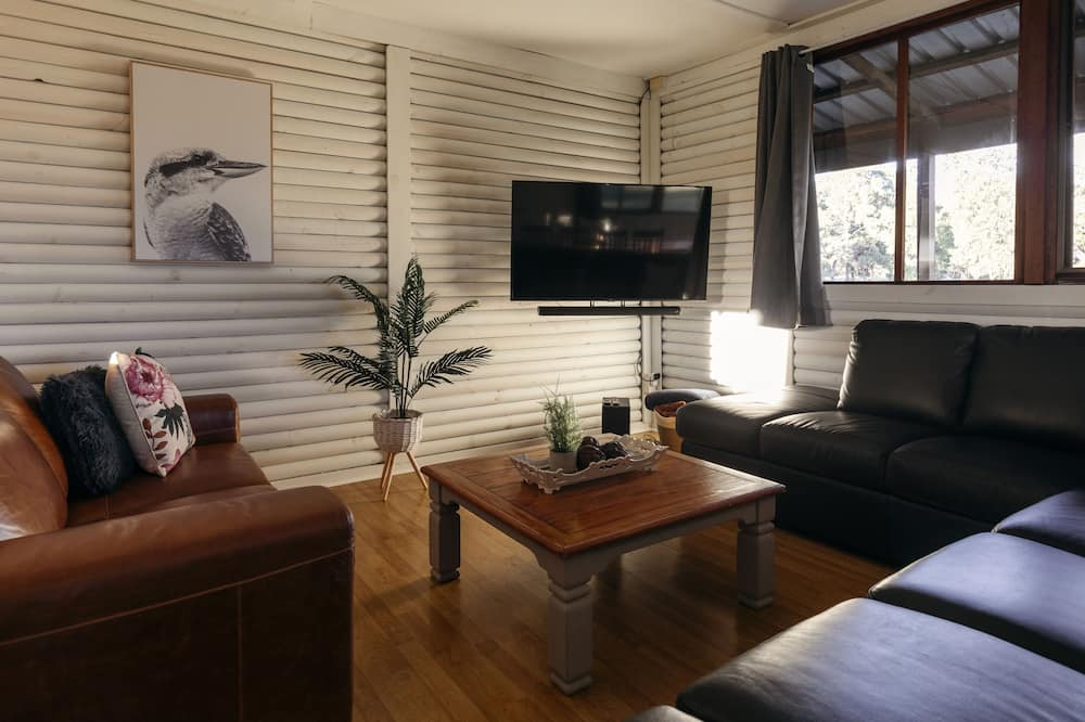 Six Bedrooms Lodge - Living Area