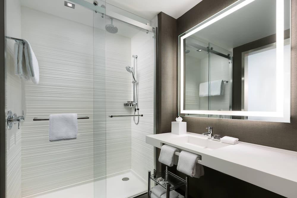 Standard Room, 1 King Bed, Non Smoking, Balcony - Bathroom