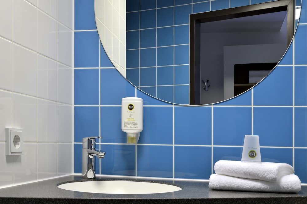 Трехместный номер - Раковина в ванной комнате