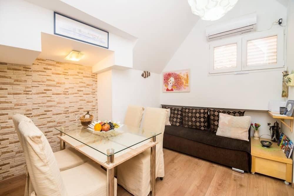 شقة (Two Bedroom Apartment) - غرفة معيشة