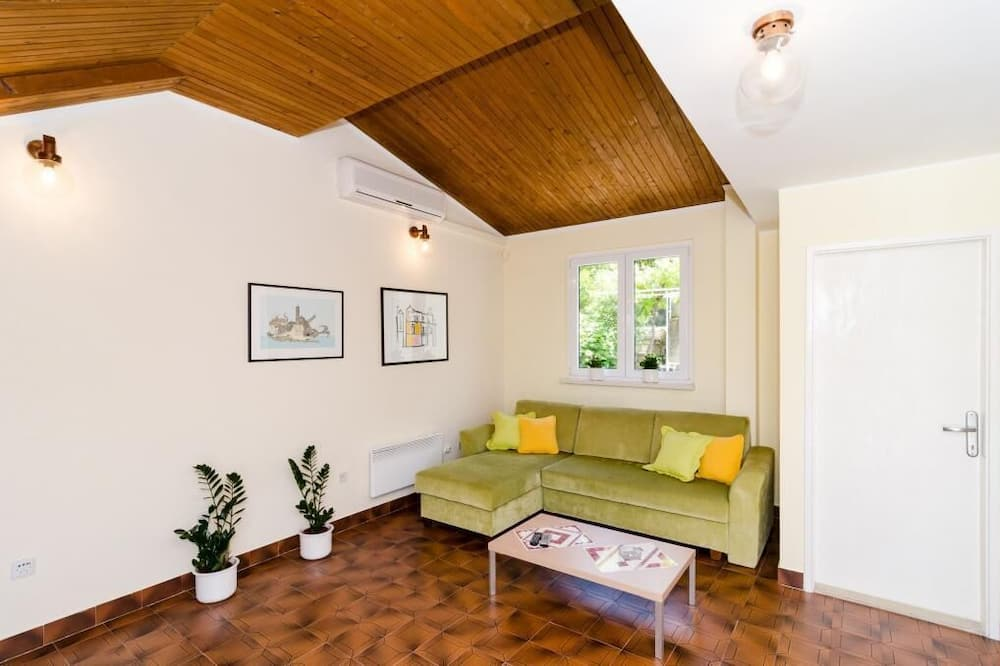 דירה (Two-Bedroom Apartment) - סלון